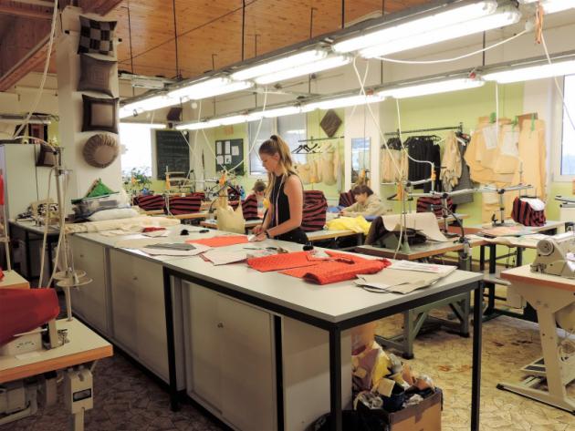 Premiérově předvedou svoji školní tvorbu i studenti Střední školy designu vLysé nad Labem, zejména textilní koláže a malé quilty.