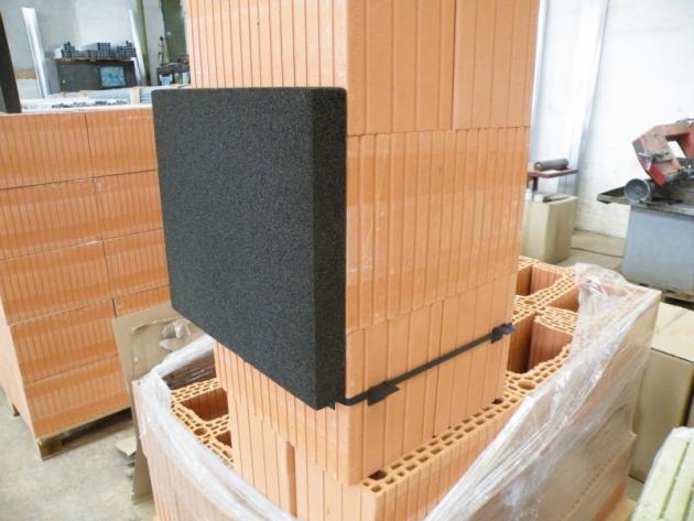 Desky položíme na plastové rohy a přilepíme na komín a k sobě tak, aby vytvořily kolem komína požadovaný prostup.