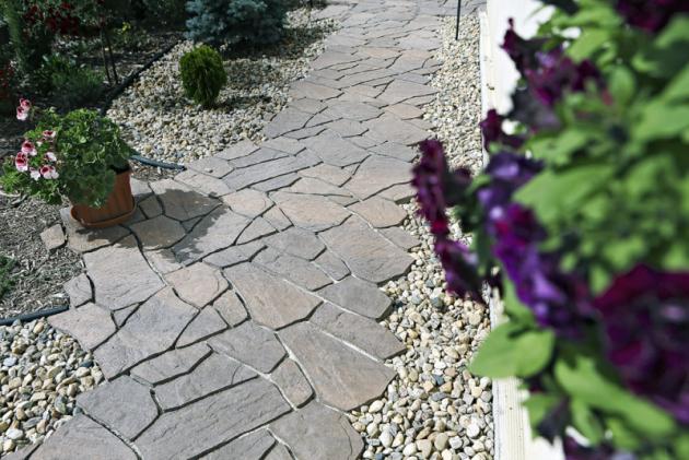 Nemusí se jednat jen odílce zhladkého šedého betonu nebo zámkovou dlažbu, které se víc hodí pro veřejné komunikace. Materiál je tvarově velice variabilní adá se sním napodobit idřevo či cihly. Velice oblíbené jsou imitace kamene. Důležité je, aby dlažba měla protiskluzovou povrchovou úpravu.