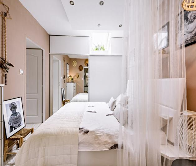 Úžasná světlá ložnice vyrobená namíru poskytuje dokonalé místo pro odpočinek. Ani zde nechybí krásné černobílé rodinné fotky, oblíbené etno prvky alucerny nanočních stolcích