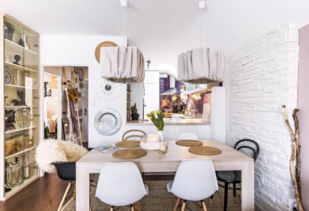 Pult je stejně jako celá kuchyň vyrobený namíru atvoří zajímavý prvek prostoru