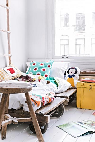 Klasický noční stolek může vmalé ložnici překážet, stejný účel splní stoleček nebo kontejner nakolečkách, který můžeme kdykoliv odsunout. Pokud nemáme šatnu ani skříně, nezbude nám nic jiného než mobilní stojany naoblečení, které můžete přemisťovat podle potřeby. Kolečky může být opatřeno také zrcadlo, abychom si dojeli koknu podívat se nasvůj outfit amake-up nadenním světle.