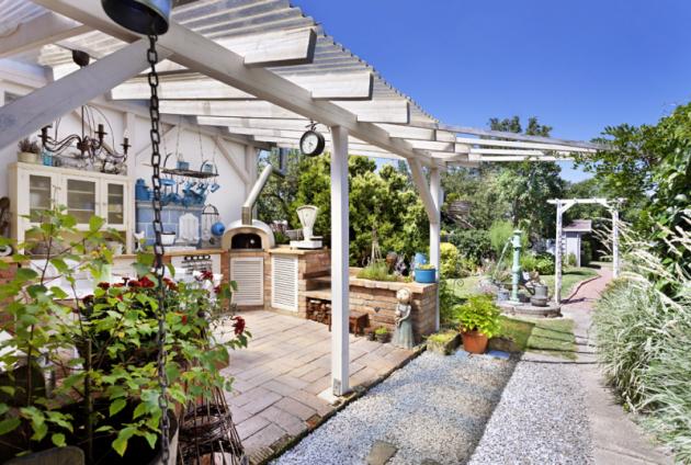 Teplé slunečné dny se dají trávit umoře, vhorách, nachalupě. Anebo nazahradě pod pergolou, zvláště když pod její střechou vybudujete kuchyň specí napizzu,  jako to udělali Zuzana sRosťou.