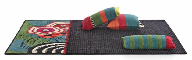 Ložnice by měla být ztělesněním pohodlí, osobního vkusu a funkčnosti. Proto bytoví designéři doporučují zvolit jako podlahovou krytinu právě koberec, a to především proto, že je teplý a velmi komfortní. Oceníte ho každé ráno, kdy se vám bude určitě příjemněji vstávat, než když z vyhřáté postele šlápnete na studenou podlahu. Využít ale také můžete kusové koberce, které bývají velmi často k dostání s příjemně vysokým chlupem.