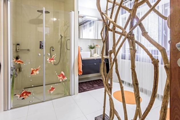 Velkorysý prostor vdomě byl vyčleněn pro bezbariérovou koupelnu, doníž se vešel sprchový kout sdvoukřídlovou zástěnou asedátkem, dále vana itoaleta sbidetem