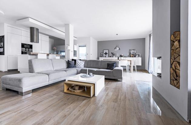 Jednoduchý čistý styl prozrazuje vášeň majitelů pro skandinávský design. Vcelém přízemí domu je podlahové topení, dopatra zvolili topná tělesa, která pružněji reagují napotřebnou změnu teploty