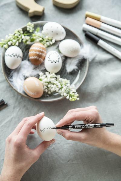 Oblíbený svátek oslavující probuzení jara hraje vždy mnoha barvami. Vyrobte si svého velikonočního zajíčka nebo pomalujte vajíčka veselými motivy pomocí japonských popisovačů Pilot. Na výběr máte nespočet pestrých barev, které vaše dílo rozzáří.