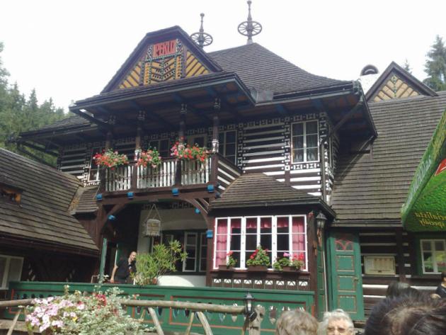 Funkční propojení dobové architektury a moderní technologie: Jurkovičovu chatu v Pekle vytápí tepelná čerpadla NIBE