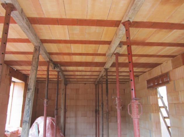 HELUZ MIAKO_Zhotovení stropu_3_Zdroj HELUZ_Vzdálenost mezi liniovými podpěrami nebo mezi podpěrou a zdivem je max. 1800 mm
