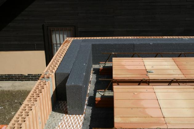 HELUZ MIAKO_Zhotovení stropu_6_věncovky a tepelná izolace_Zdroj HELUZ