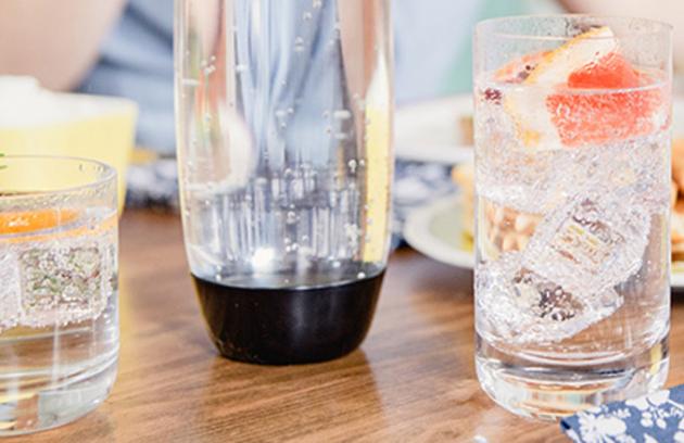 Díky SodaStreamMe je nyní možné připravit si perlivou vodu rychle a bez nákladů pouhým vydechnutím vzduchu snadbytečným CO2 plynem zplic do speciálního nástavce na lahvi.