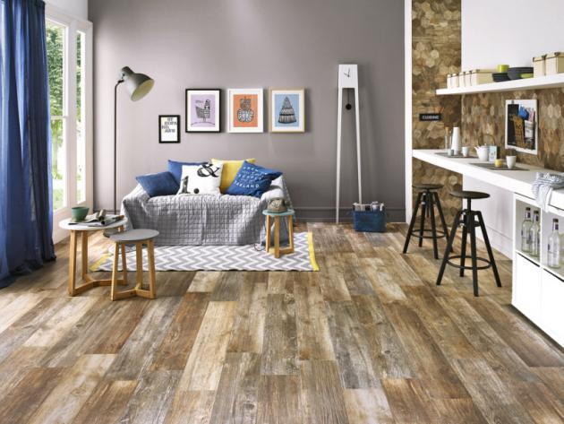 Keramika Dřevěný dekor použitý naploše podlahy můžete zopakovat také vdetailech. Například naobkladu kuchyňské linky. Rektifikovaná dlažba Timber Design Stonewash, 20 x 120cm, Fineza, cena 1199 Kč/m2, www.siko.cz