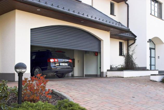 Rolovací vrata Minirol umožňují maximální využití prostoru garáže bez nároku navětší stavební úpravy adají se instalovat itam, kde to sjinými typy vrat nelze, www.minirol.cz