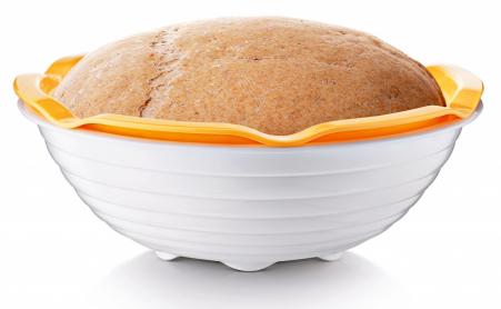 Dva vjednom  Ošatka smiskou Della Casa je skvělá nakynutí těsta nadomácí chléb. Má praktickou odměrku aje perforovaná, takže při kynutí se přebytečná mouka zachytí vmisce. Cena 299Kč,  www.eshop.tescoma.cz