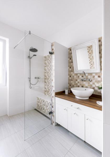 První dlaždice vesprchovém koutu je rovná adrží se naní voda, příště by majitelé bytu nechali udělat spád rovnou odprvní dlaždice. Rám zrcadla ze stodoly ubabičky dostal nový nátěr