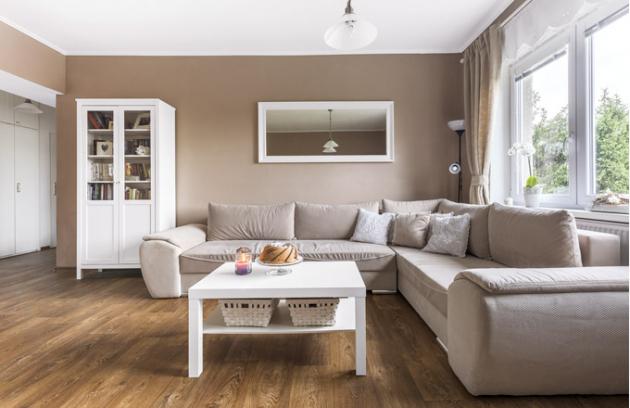 Kromě kredence ajídelního stolu nakoupili nábytek asvítidla vIKEA. Napodlaze je položené lino vdekoru dřeva