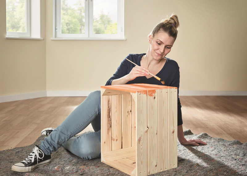 Základními stavebními prvky BUILDIFY jsou palety na výrobu nábytku a dřevěné bedny.