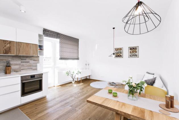 Převaha bílé barvy dodala interiéru dostatek světla avzdušnosti, díky množství dřeva však výsledek nepůsobí chladným dojmem