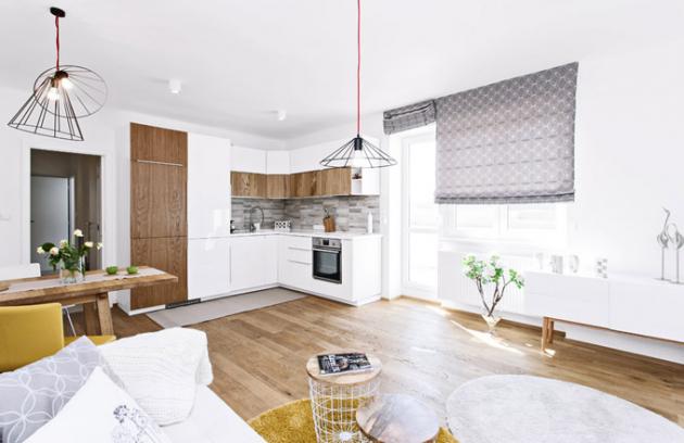 Větší místnost původně sloužila jako obývací pokoj aložnice zároveň. Tím, že se proměnila vhlavní obytný prostor skuchyní, získal byt 1 + 1 novou apraktičtější dispozici 2 + kk ibez nutnosti stavebních zásahů
