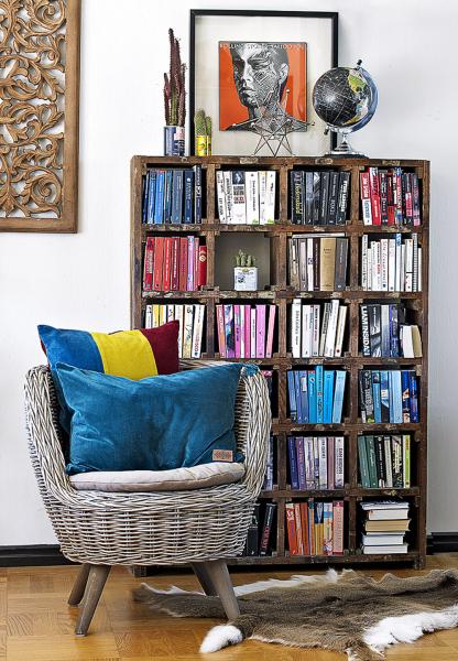 Pokud máte málo knih, postačí, když je rozdělíte anaskládáte doknihovny podle rozměru ahmotnosti. Řídit se můžete ibarevností, fantazii se meze nekladou! Případně si můžete pohrát sobaly avšechny knihy, které je buď nemají, nebo je mají poškozené, můžete zabalit dojednotných obalů ahřbety nadepsat stejným písmem.