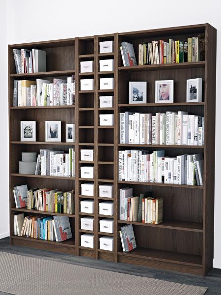 Knihy vyndáte z přihrádek snadněji, pokud mezi horním okrajem knih apolicí nad nimi zbydou alespoň 3cm místa