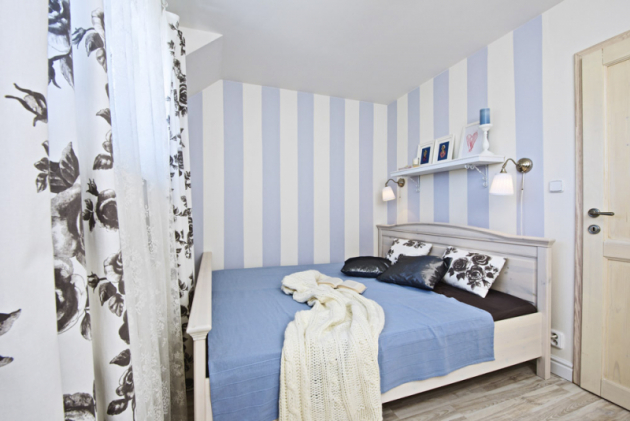 Ložnice je vnejmenší místnosti domu, která měla ještě handicap vpodobě vyvýšené podlahy. Stím si ale Lenka poradila velmi chytře