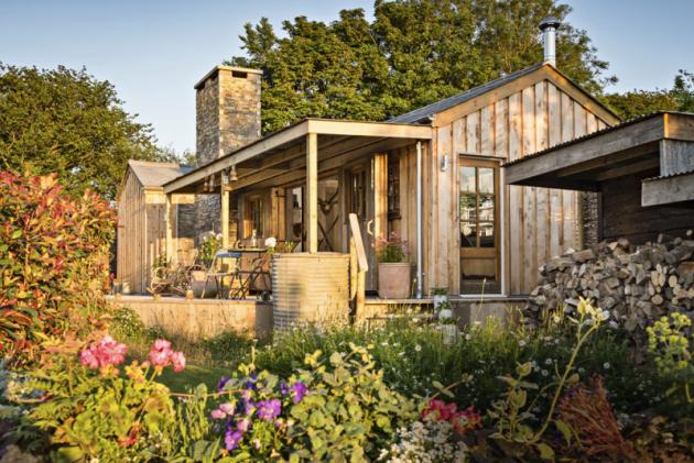 Syrový půvab srubu Firefly aokolní romantická krajina Cornwallu jsou dokonalým receptem pro netradiční dovolenou osamotě či vedvou