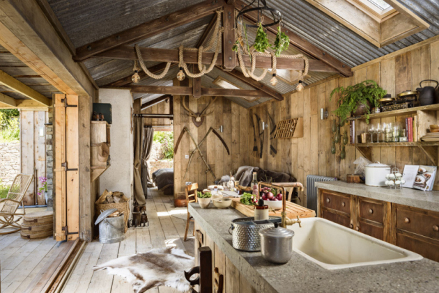 Autenticky zařízená kuchyň skrývá moderní přístroje aveškeré potřebné vybavení pro pohodlné vaření. Široké dveře naterasu umožňují bezprostřední kontakt sokolím