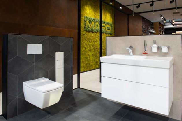 Zaměřeno na detail  Specifický, geometricky řezaný dekor obkladu je doplněnostře řezanými tvary toalety a umyvadlové skříňky Geberit. Vestavěná, zcela zapuštěná skříňka na WC doplňky KEUCO a skleněné tlačítko splachování Geberit sbaterií Kludi, jen dokreslují komplexní linii hran.