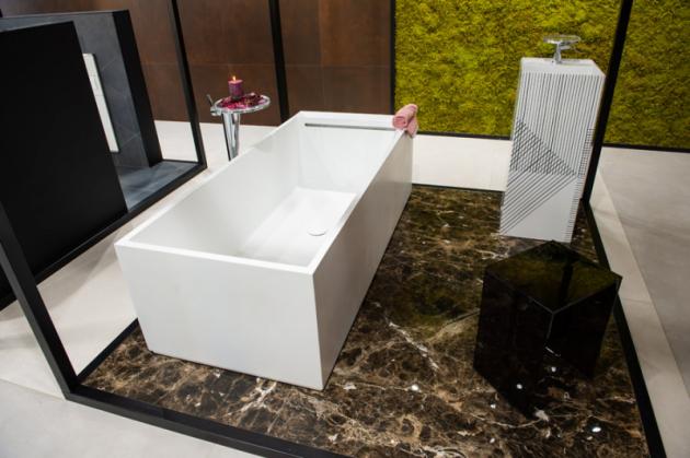 Čisté linie  Základní geometrické prvky – kruha čtverec. Právě na kombinaci těchto prvků je postavena koupelna, jejíž dominantou je volně stojící vana Kartell od společnosti Laufen s přiznaným přepadem a samostatně stojící umyvadlo, krychlovitého tvaru svýrazným grafickým vzorem. Protipólem jsou kulaté baterie sodkládací plochou pro chvíle pohodya relaxu.
