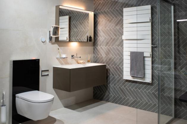 """Elegantní funkčnost Krásná koupelna na první pohled a technologická """"bomba"""" na druhý. Technologie sanitárního modulu Geberit Monolith, který za skleněným designem ukrývá integrované odsávání zápachu a barevné podsvícení"""