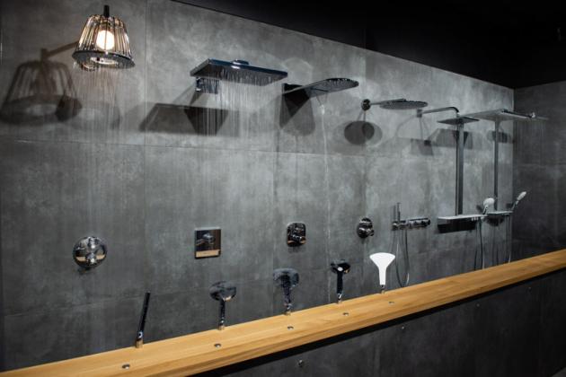 Stěna s tekoucími sprchami Funkční sprchové hlavice, u kterých můžete vyzkoušet všechny varianty sprchových proudů nabízených na současném trhu. Můžete pocítit intenzitu přívalových, masážních, speciálně provzdušněných proudů nebo rychlé střídaní teplé a studené vody.