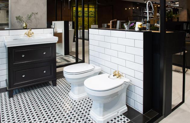 Černo-bílé retro Návrat do minulosti připomíná koupelna v retro stylu, v jednoduché černo-bílé kombinaci barev. Bílé obklady s fazetou vytváří 3D efekt, na kterém velmi dobře vynikne toaleta, bidet Roca starodávných tvarů, avšak s nejnovějšími trendy jako je bezokrajová mísa Rimless a pomalu se sklápějící sedátko. Punc elegantnosti dotváří baterie KLUDI pozlacené 23karátovým zlatem.
