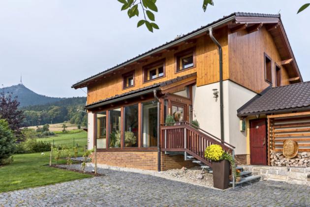 Dům vybudovaný v horském stylu dokonale zapadá do krajiny