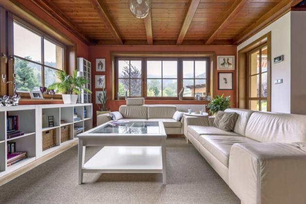 Velká okna ve všech místnostech poskytují fantastické výhledy do zeleně a na impozantní architekturu Ještědu