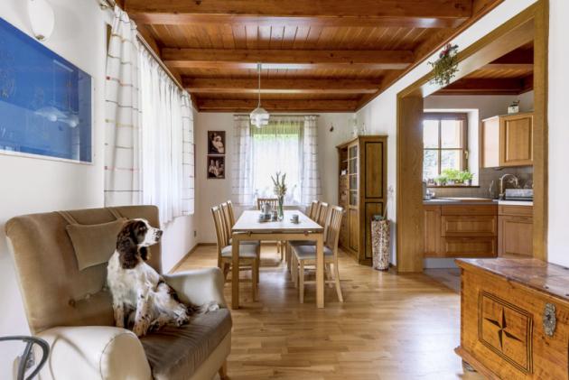 Obývací pokoj volně navazuje na jídelnu s kuchyní, jež jsou oproti němu laděné do dřeva