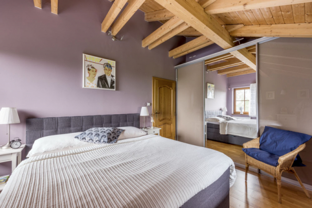 Ložnice rodičů nabízí kromě pohodlného dvojlůžka i cenné úložné prostory v podobě vestavěné skříně se zrcadlovými dveřmi