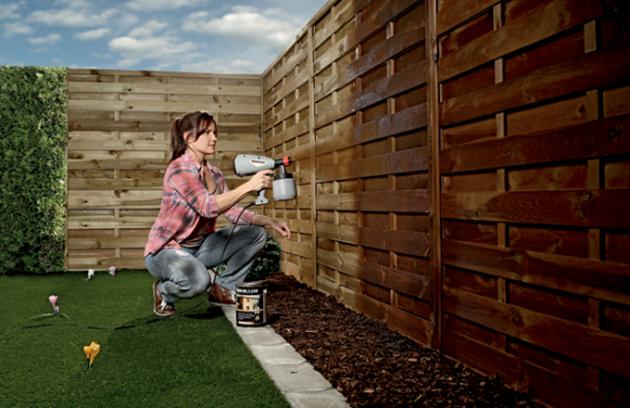 Dřevo je ekologický přírodní materiál, který bez správného ošetření lehce podléhá opotřebování. Naštěstí existují způsoby, kterými lze jeho životnost prodloužit. Základem péče o dřevo je dostatečná ochrana. To platí pro dřevo vinteriéru i vexteriéru. Nechte se inspirovat praktickými radami, jaký typ ochrany dřeva zvolit, aby si co nejdéle zachovalo krásný a přirozený vzhled.