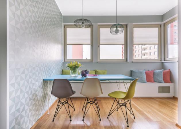 Jídelní stůl zhotovený na míru má kovové nohy navržené tak, aby ladily s podnožemi ikonických židlí Plastic Side Chair DSR (Vitra) od Ray a Charlese Eamesových. Z druhé strany stolu je možné usednout na praktickou lavici s úložným prostorem a skrýší pro kočky