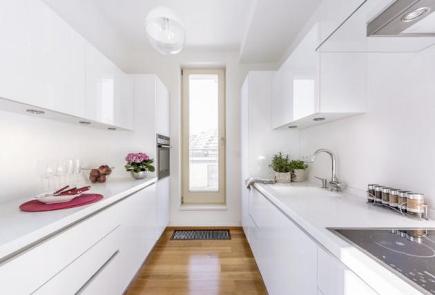Kuchyň je vybavena vestavnými spotřebiči Siemens a digestoří Faber. Nábytek je zhotoven z lesklého akrylátu a pracovní deska z corianu. Osvětlení zajišťuje plastové svítidlo Koziol a bodové osvětlení pracovní plochy