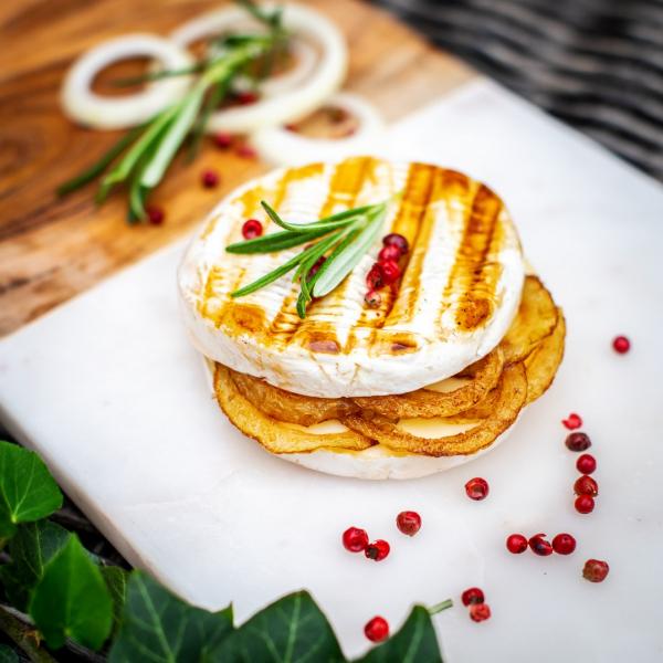 Grilovaný hermelín srůžovým pepřem, rozmarýnem a cibulkou