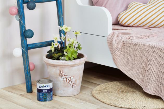 Patinování suchým štětcem: terakotový květináč