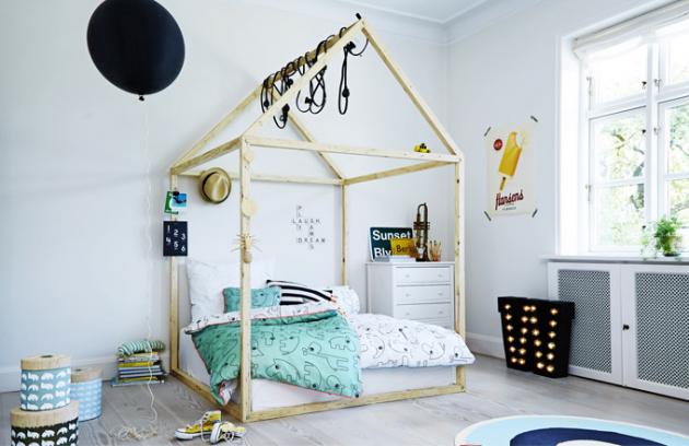Postýlka vetvaru domečku je přesně  to, očem každé dítě sní, postel prodává např. Ondálek, Bonami, Bentlemi, doplňky Done by deer prodává Mayali