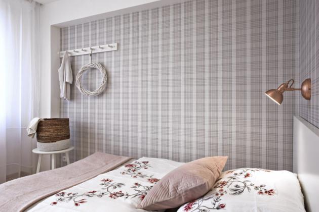 Vcelém bytě byla naněkolika místech použita neobvyklá kostkovaná tapeta vtlumených barvách