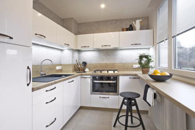 Původní kuchyň byla neprakticky řešená astísněná. Nová dispozice umožňuje pohodlné vaření