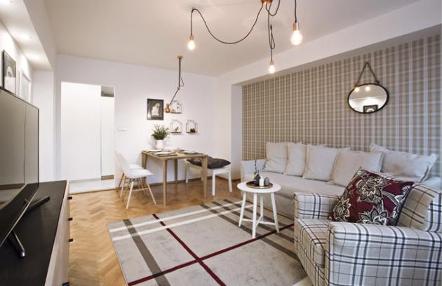Interiér bytu pro dámu využívá věčné elegance kostkovaného vzoru vrůzných jemných kombinacích