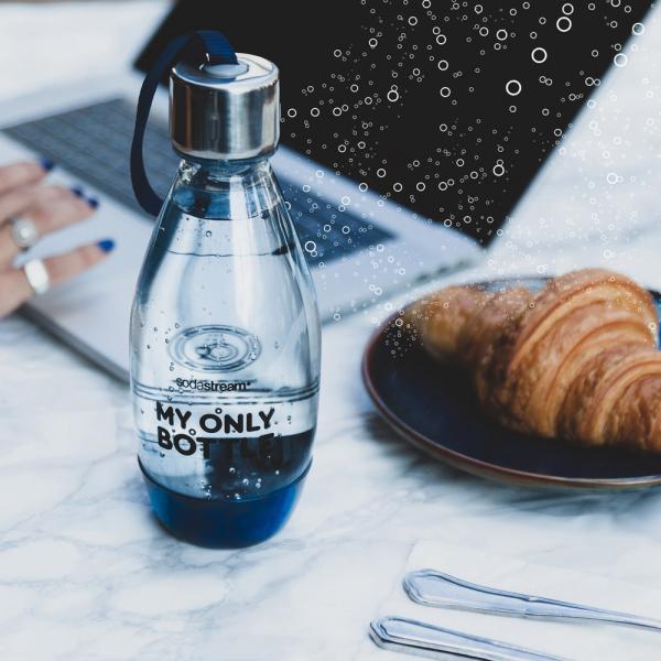 Nové designové lahve mají plastové dno, které zvyšuje stabilitu, a hermetické kovové víčko zabraňující vytékání čerstvé perlivé či neperlivé vody zkohoutku. Jsou opatřeny elegantním poutkem pro praktické nošení, které je ve stejné barvě jako dno – tedy včerné a světle růžové. Lahve znové kategorie jsou vyrobeny zplastu bez BPA a jsou opakovatelně plnitelé, takže zákazníkům nabízí mnohem estetičtější variantu knevzhledným a neekologickým jednorázovým PET lahvím.