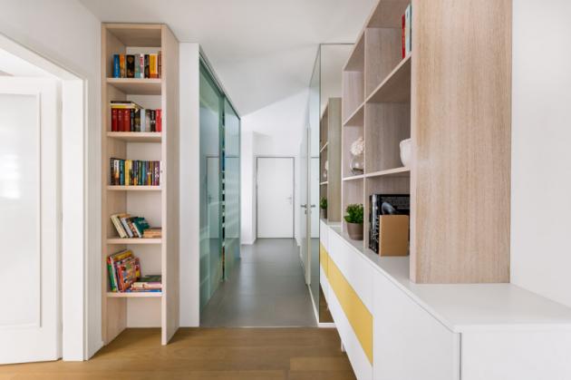 Dopředsíně designérka navrhla nábytek vestejném stylu jako vobývacím pokoji, čímž docílila optického propojení prostoru