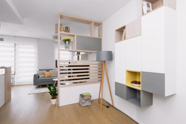 Obývací pokoj sšířkou pouhých 260cm si žádal netradiční řešení, kterým se stala kolmo umístěná stěna sknihovnou atelevizí