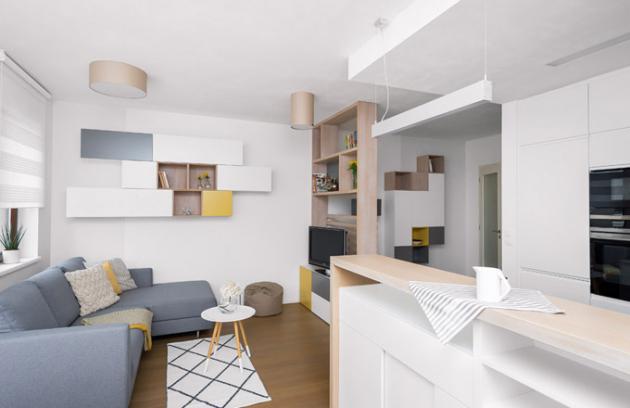 Knihovna, televizní stolek apolice nastěně byly vyrobeny podle návrhu designérky firmou Stylishroom, stejně tak nábytek vpředsíni